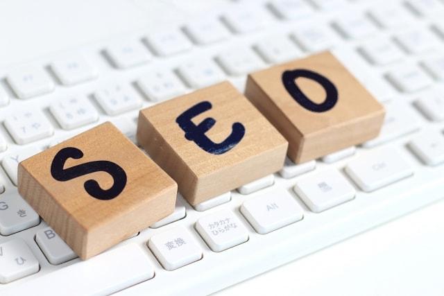 SEOは効果が出るのにある程度時間がかかり、検索エンジンのアップデートや外部対策の有無などによって変動がある
